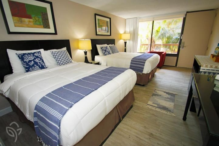 Room w/2 Queen Beds close to Disney