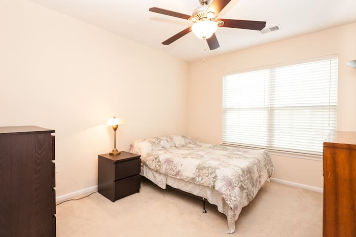 Private room in townhouse - Ashburn - House