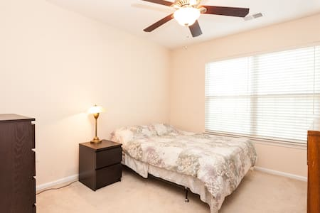 Private room in townhouse - Ashburn