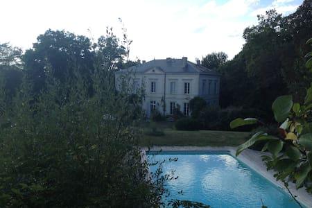 Chambre de charme dans chateau 18e - Verdelais