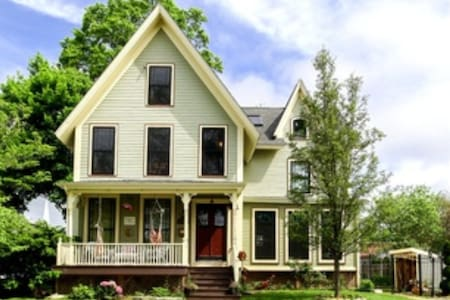 1863 Victorian in the heart of Downtown Mystic