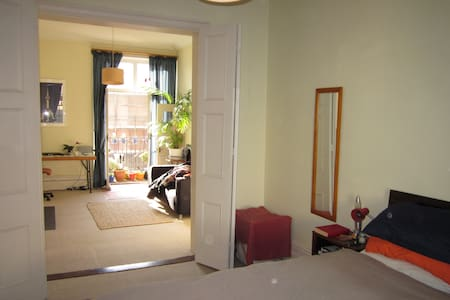 Great sunny flat right beside Clifton Triangle - Bristol