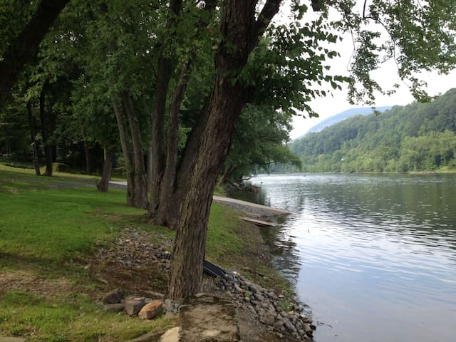 Pocono Cabin on the Delaware River! - Mount Bethel - Ξυλόσπιτο