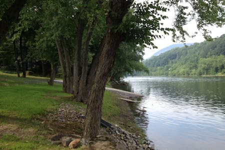 Pocono Cabin on the Delaware River! - Mount Bethel - Stuga