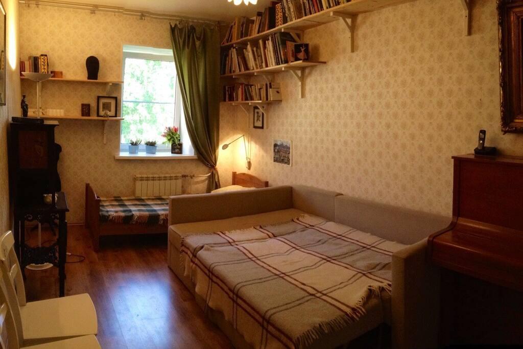 Комната с кроватью и диваном.
