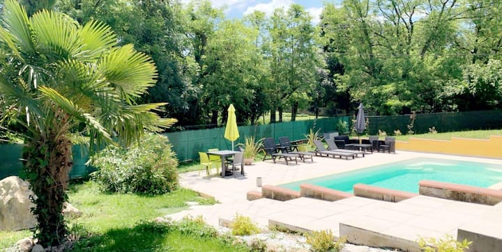 chambre dans grande villa avec piscine