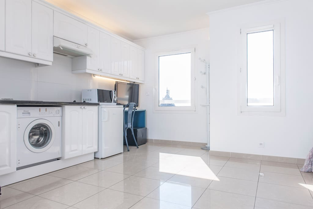 Clean and sunny southfacing, fully equipped kitchen ,