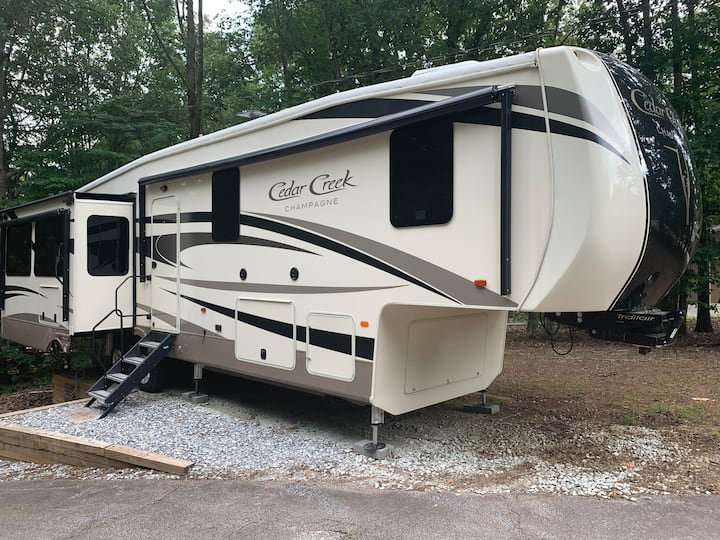 Spacious RV with Lake/Dock access & Boat Rental