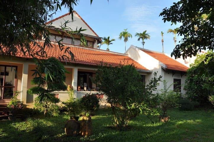 la maison principale et son jardin