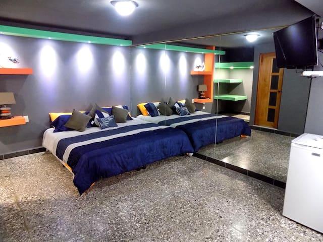 Suite principal con pared de espejos...
