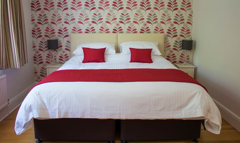 The Grange Guesthouse, Cefn-Coed - Red Room
