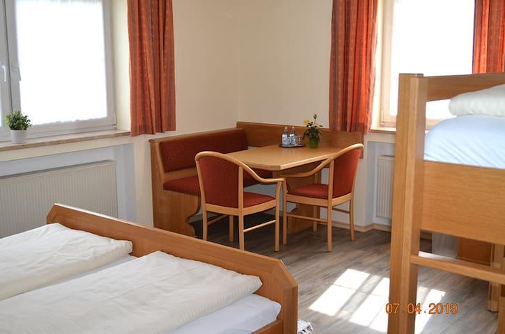 """Gasthof """"Zum Ochsen"""" (Waldstetten), Vierbettzimmer komfortabel ausgestattet, in ruhiger Lage"""