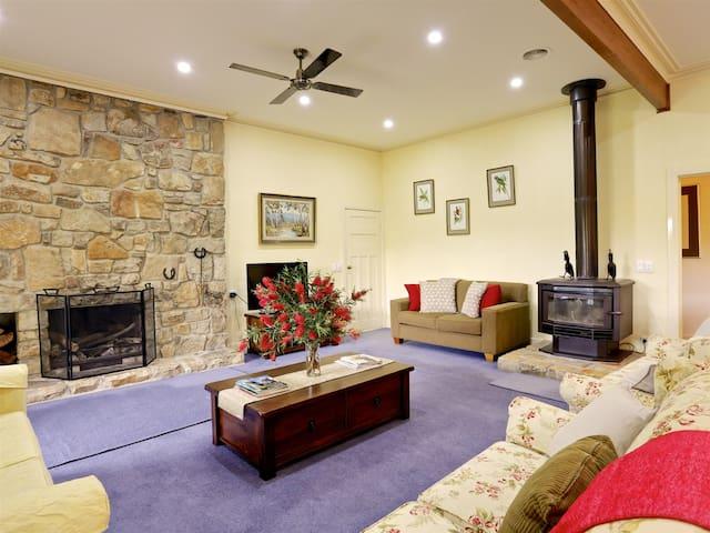 Fernside Strathbogie-Fireplace, Croquet Lawn, Bath - Strathbogie - House