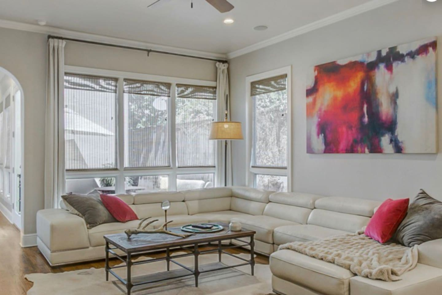 Spacious and comfortable living room with flatscreen TV with cable and Netflix!