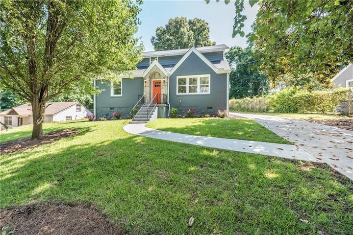 Cozy Renovated Tudor Home minutes from Downtown!