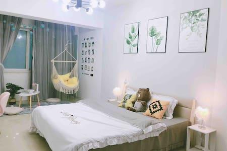 【一颗糖公寓】近鼓楼附近/50平大床房/55寸液晶电视/网红吊椅