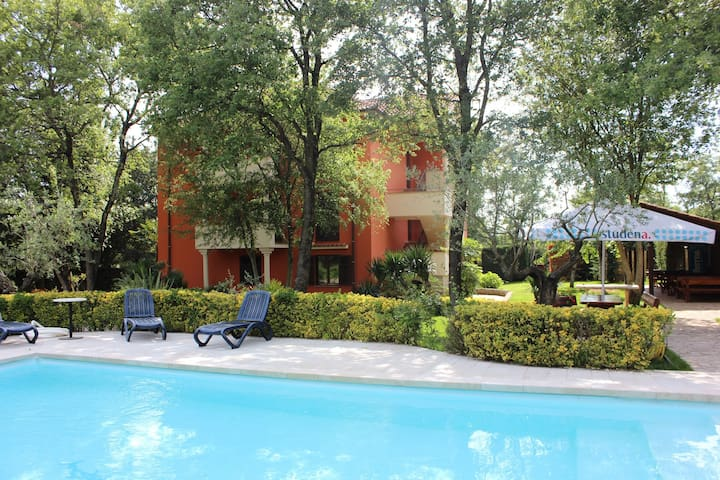 Apt for 2+2 persons with pool in Fiorini R10104