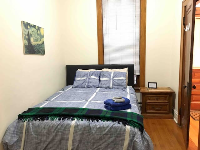 Blue Room in 3BR/2Ba, Heart of Wrigley/Boystown