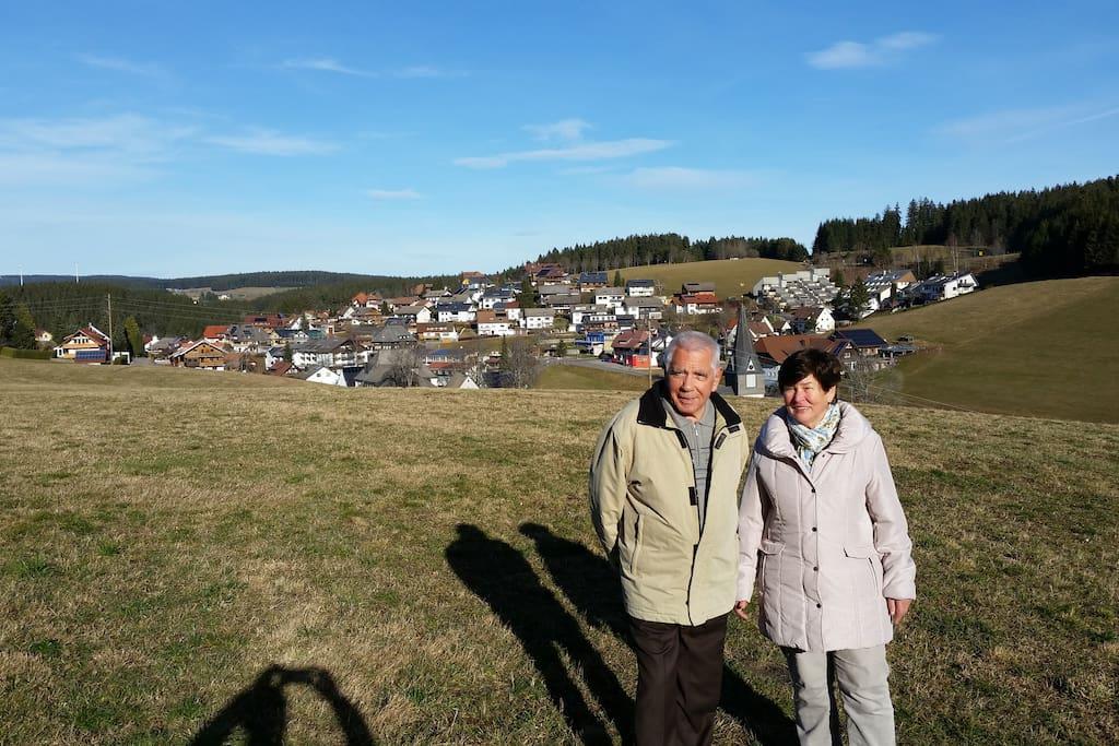Gastgeber Max und Erika Rombach mit Blick auf Neukirch