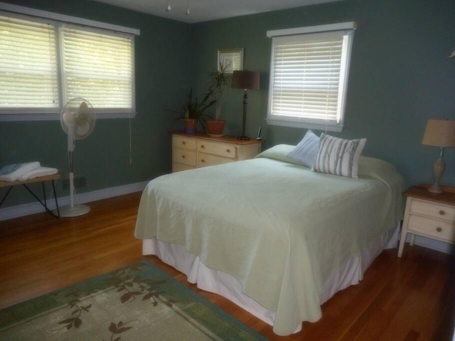 Queen bed, from hallway door