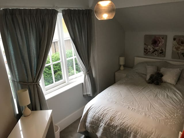 Bright Airy One Bedroom Flat in Hampstead