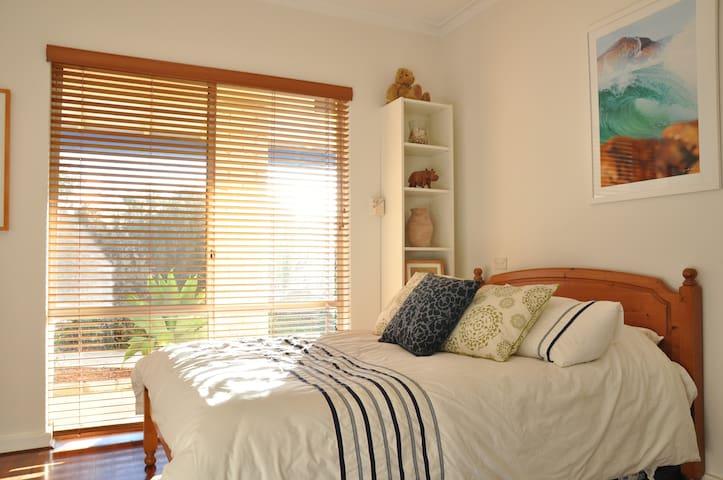 Double bed and bathroom near beach - Marmion