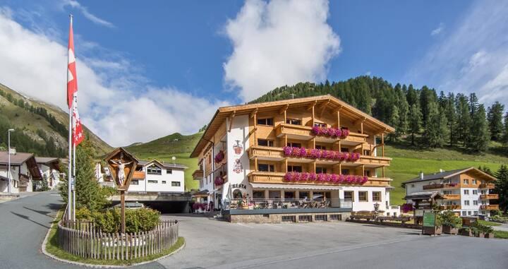 Hotel Cresta  Dreibettzimmer mit Balkon