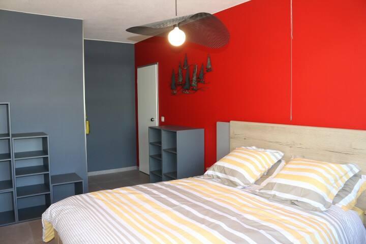 """Chambre """" Bateaux"""" : lit queen size. Le lit est entièrement équipé à votre arrivée : drap, housse de couette, taies d'oreiller.  Vous n'aurez rien à faire pour vous installer."""
