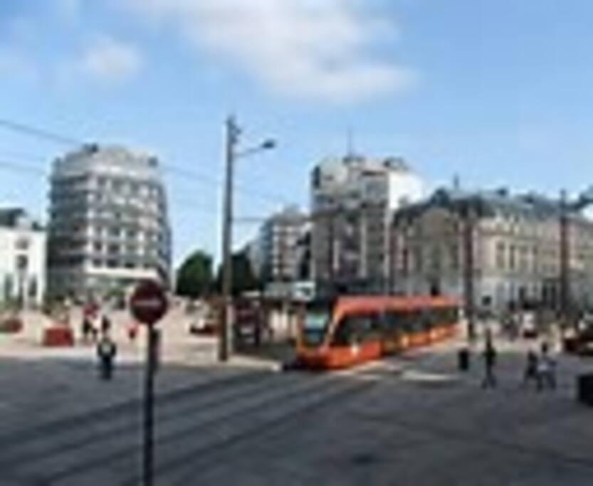 Le centre ville (Place de la République) et son tram