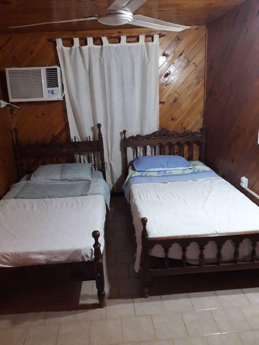 Habitación delantera con dos camas de plaza y media y AA.