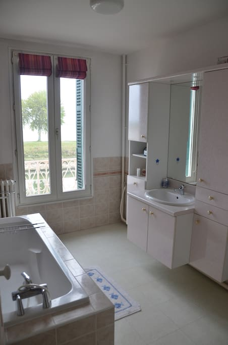 Salle de bain - vue sur la mer / bathroom with sea view