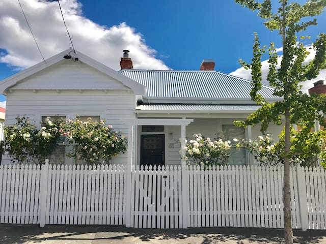 WHITE COTTAGE - LUXE 3 Bed House North Hobart - North Hobart - House