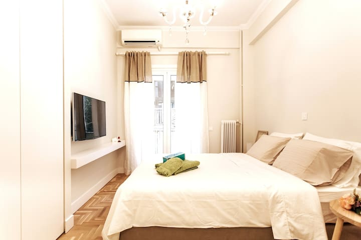 Queen size bed with Smart TV, Netflix, and Large Closet