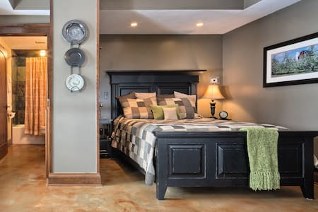 Apple Cellar Room | Queen Suite - Rockton - Bed & Breakfast