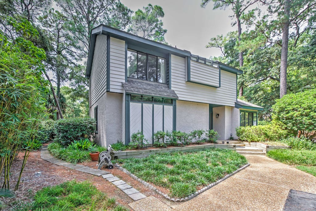 This 3-bedroom, 2.5-bath home is nestled inside gated Shipyard Plantation.