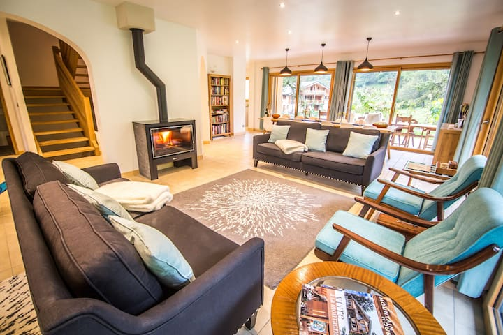 Luxury chalet, hot tub, easy access to 3 ski-lifts