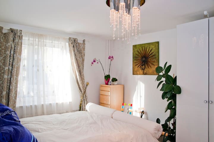 U2 Theresienstr: EUR35 room / night
