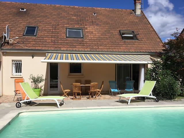 Maison dans un village paisible à 10 minutes du centre ville du Mans et à 15 Mans du circuit des 24 heures.