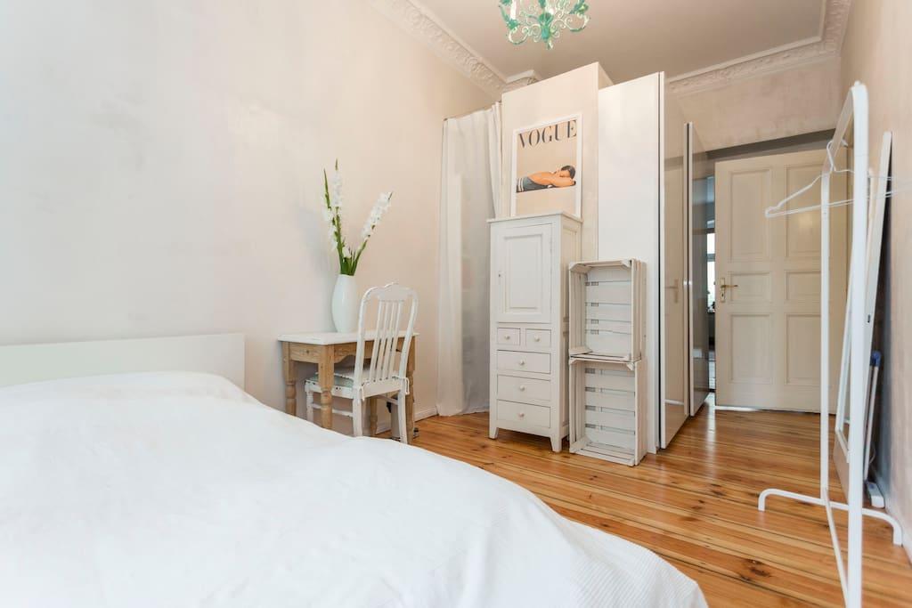 Kleiderstange, Spiegel und Kommode in Eurem Zimmer / Reck, mirror & wardrobe in your room