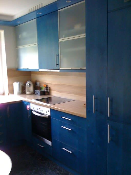 Helle Küche mit Spülmaschine, Wasserkocher, Nespresso, Geschirr/Töpfen, großer Kühl+Gefrierschrank,  Waschmaschine und Bügelbrett/Bügeleisen im Keller