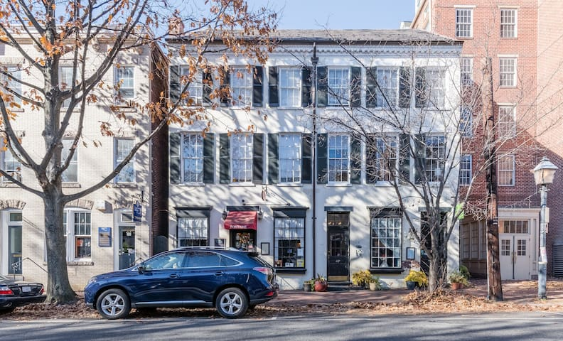 Historic 1-BR apt in the heart of Old Town (200)