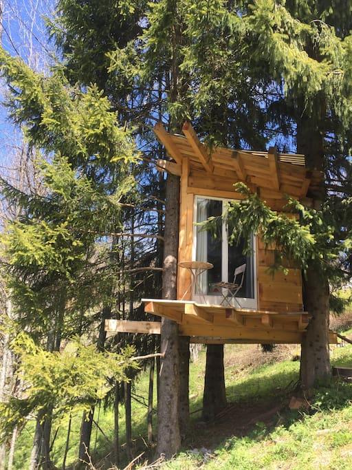 cabane chambre accroch e aux arbres cabanes dans les arbres louer 74300 romme sur cluses. Black Bedroom Furniture Sets. Home Design Ideas