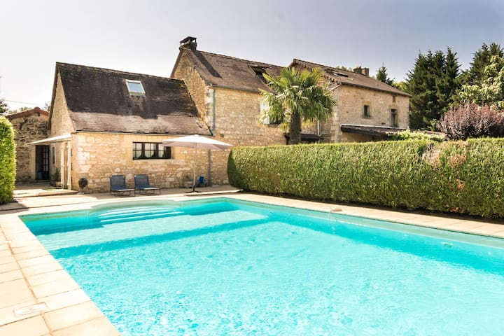 Quaint Mansion in Aquitaine with Jacuzzi