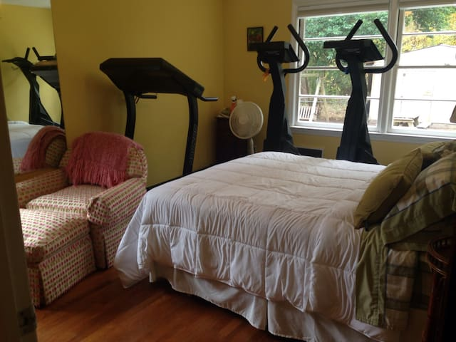 Dog Friendly, Spacious 4BR Brick Ranch with Gym #3 - Morehead City - Rumah