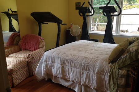 Dog Friendly, Spacious 4BR Brick Ranch with Gym #3 - Morehead City - 独立屋