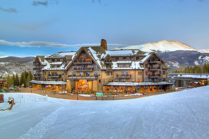 Ski-in/out 2-bedroom apartment with amazing views