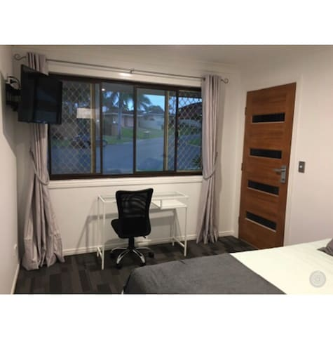 Private room with own entrance - close to Bond Uni