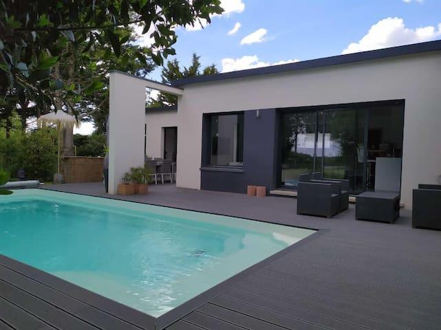 Maison tout confort avec piscine chauffée.