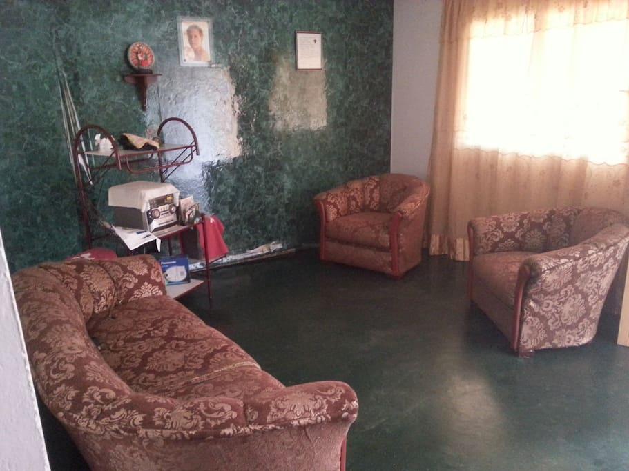 Con una sala de estar perfecta para conversar y recibir visitas