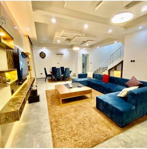 Luxurious 5 Bedroom Duplex, Gym/Pool/Netflix/WIFI